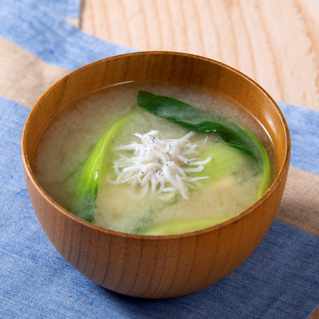 チンゲン菜としらすの味噌汁