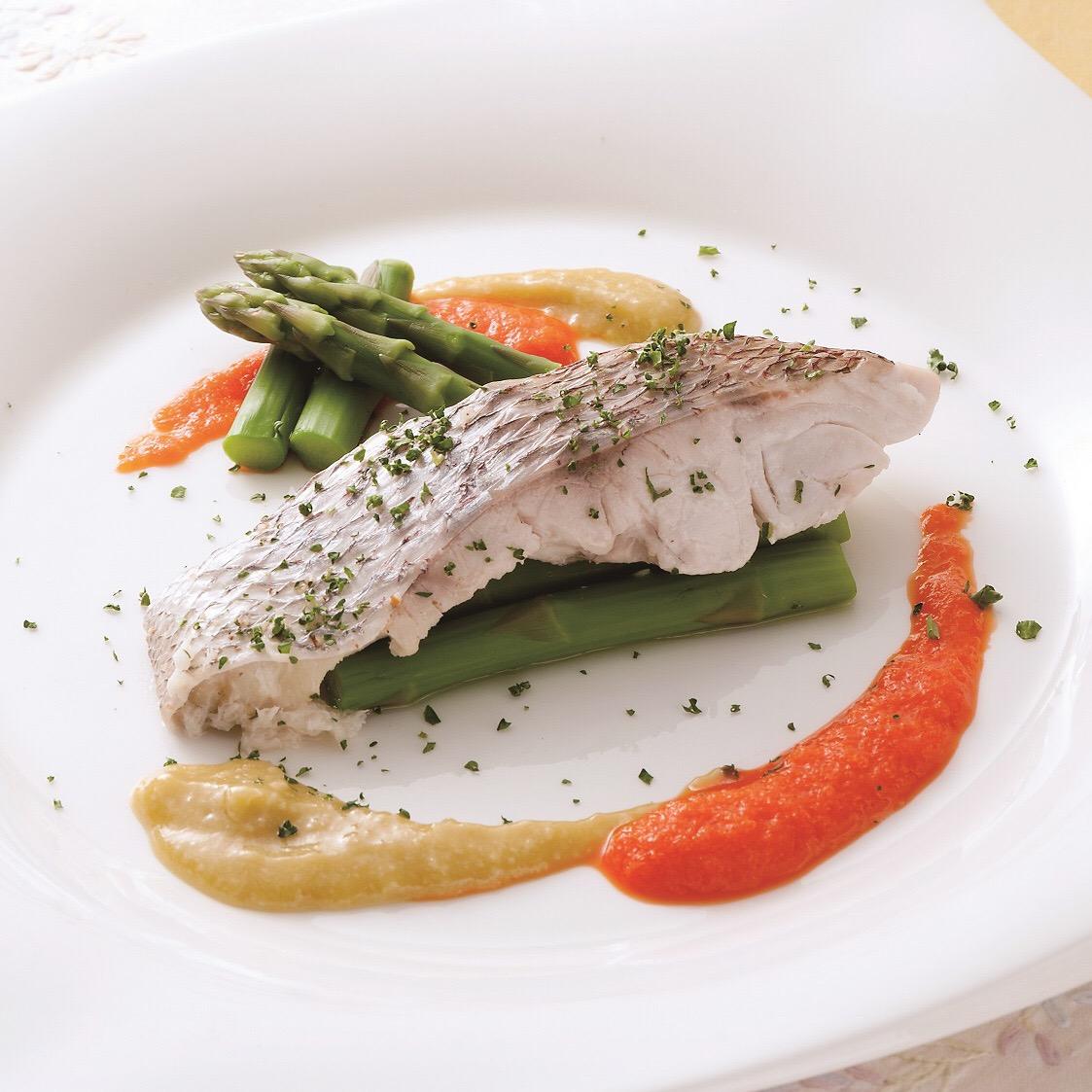 鯛の白ワイン蒸し<br>~味噌とオリーブオイル、赤パプリカの2種のソース~