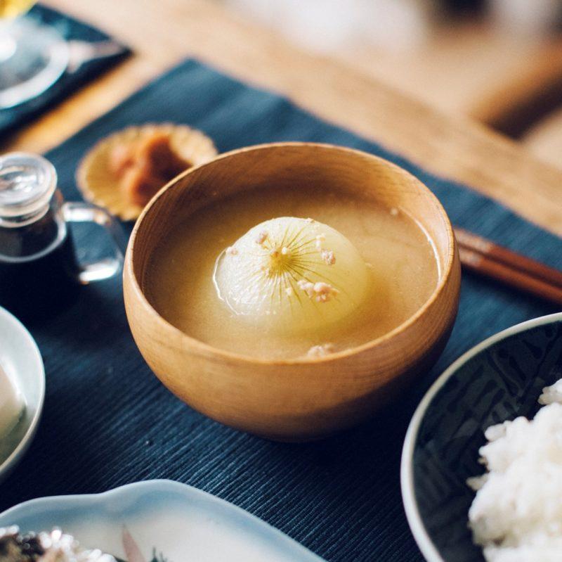まるごと新玉ねぎのおぼろ味噌汁