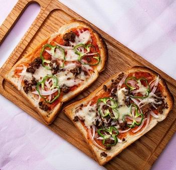野菜のそぼろのピザトースト