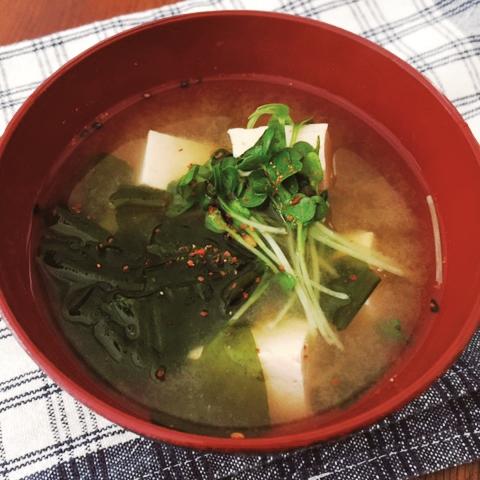 包丁を使わずにつくるわかめと豆腐の味噌汁