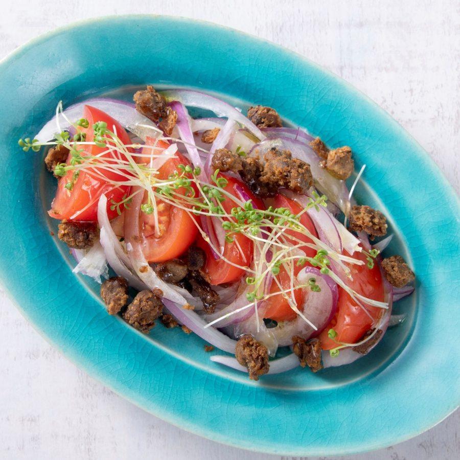 トマトとレッドオニオンのベジミートサラダ