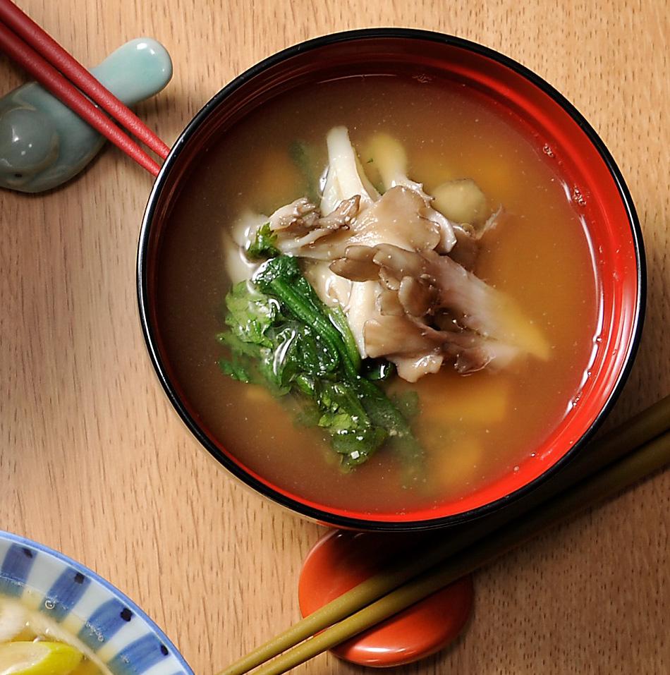 春菊と舞茸の味噌汁