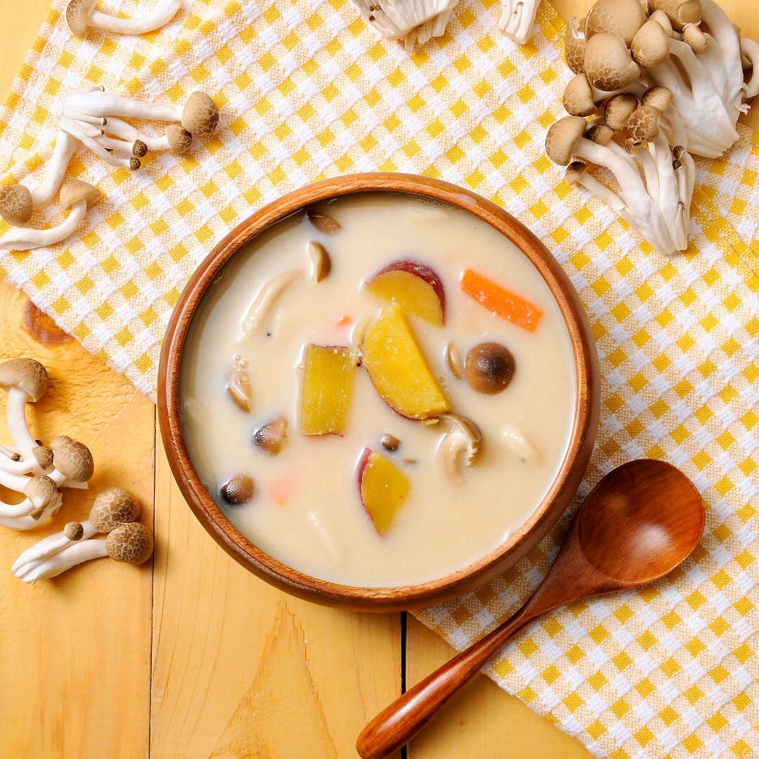 さつまいもとしめじの豆乳味噌スープ