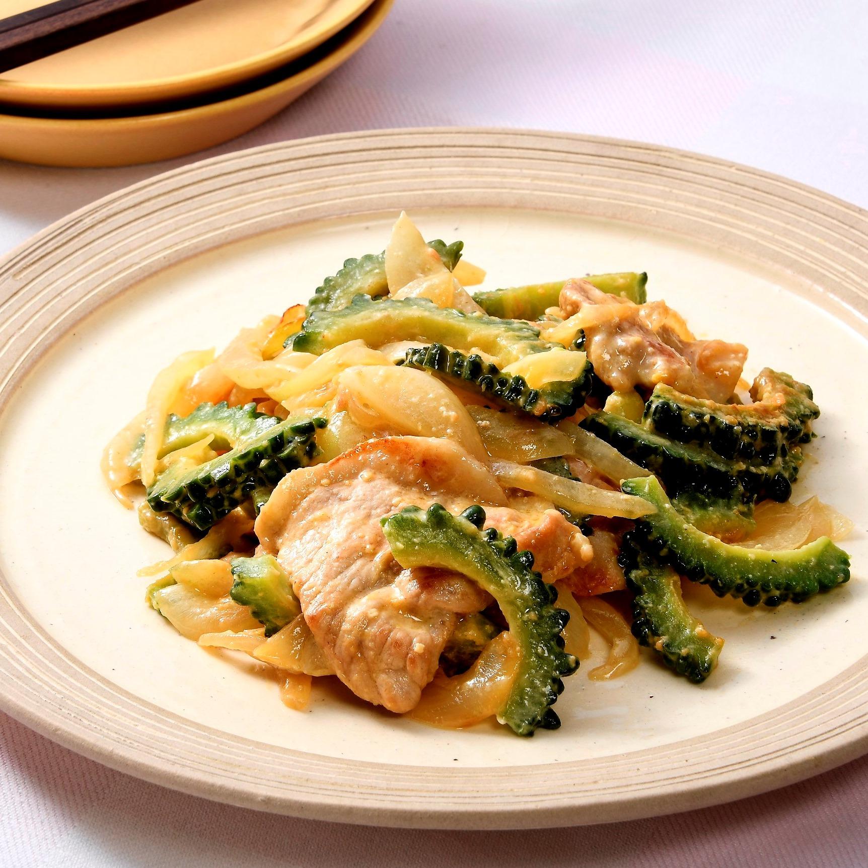 豚肉とゴーヤと玉ねぎの味噌マヨ炒め