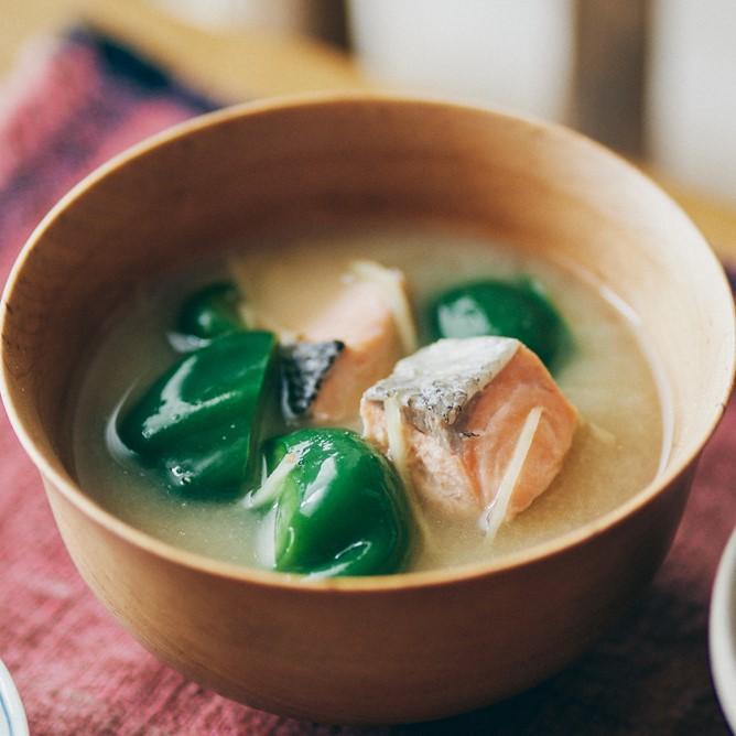 秋鮭とピーマンの味噌汁
